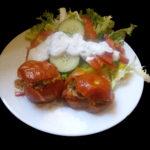 Zapečená rajčata plněná lilkem na zeleninovém salátu s bylinkovým dipem