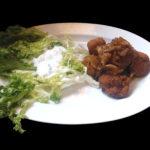 Bramborové karbanátky s restovanou cibulkou a listový salát se zakysanou smetanou