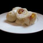 Domácí ovocné knedlíky s tvarohem a cukrem přelité máslem